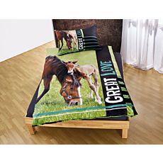 Linge de lit avec cheval et poulain bruns sur prairie verte